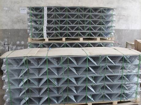 Truss reinforcement meshes are packaged on wooden pallets and bundled by green rope in our warehouse.