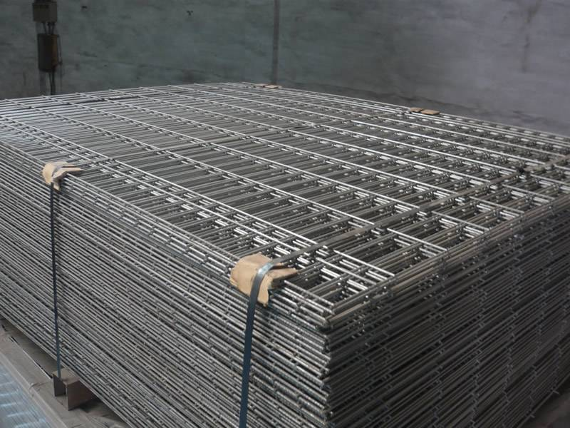 Many pieces of galvanized reinforcement welded mesh are packed with steel strip.